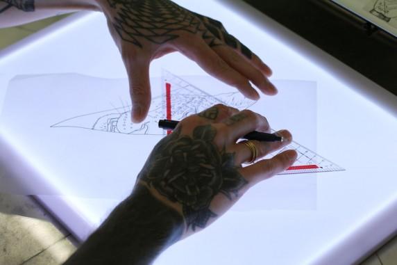 In Symmetries wird auch der künstlerische Werdegang des Tattoo Artists beschrieben. Foto: Max Büch