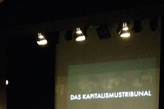 """Das """"Kapitalismustribunal"""" - verhandelt wird im Theater (Foto: Haus Bartleby)"""