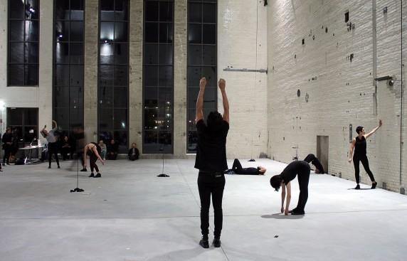 """""""tasks""""-Performance von Jasmin Schaitl und William """"Bilwa"""" Costa im KINDL - Zentrum für zeitgenössische Kunst (Foto: Nicolas Wiese, Quiet Cue)"""