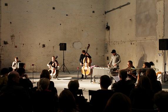Musiker des Ensembles Konzert Minimal mit einer Komposition des US-amerikanischen Minimal-Music-Komponisten Phill Niblock (Fotos: Nicolas Wiese, Quiet Cue)