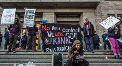 Bewohner des Wagenplatzes in der Kiefholzstraße bei einer Demonstration Ende Februar vor dem Rathaus. (Foto: Stefan Weger)