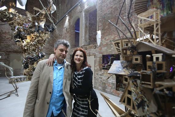 """Ron und Britta vor ihrer Ausstellung im Kunstraum """"Weisse Villa"""". Foto: Thomas Burckhardt"""