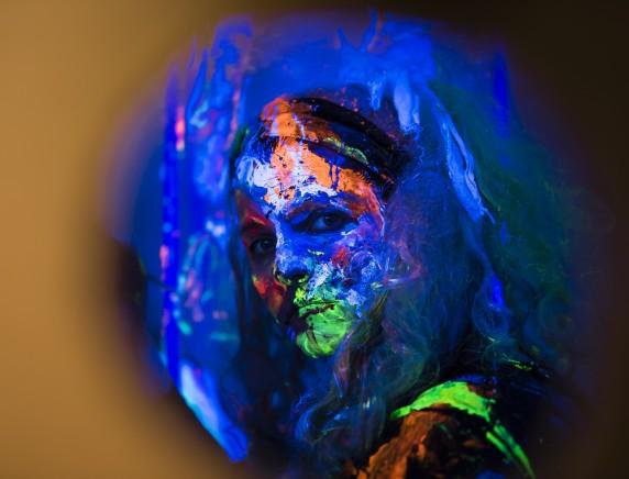 Britta bei einer Schwarzlicht-Performance. Foto: Ron Helbig