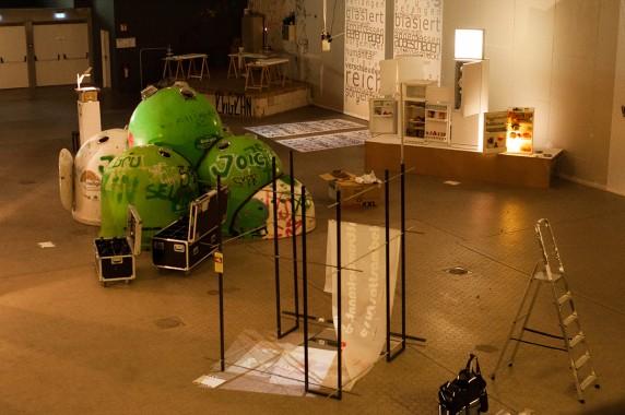 Installationskunst im Vollgutlager - im Hintergrund der Kühlturm von Christina Paetsch (Foto: Michalina Kowol)