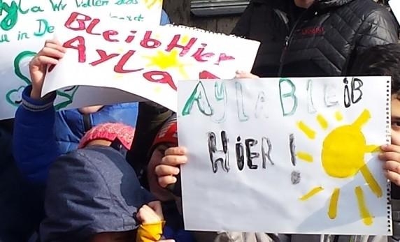 Mitschüler von Ayla protestieren gegen die drohende Abschiebung. (BIld: Jochen Biedermann)
