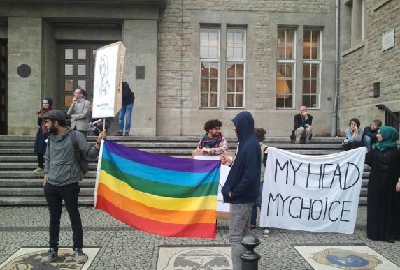 Eine Demonstration der Salaam Schalom-Initiative vor dem Neuköllner Rathaus (Foto: Patrick Helber)