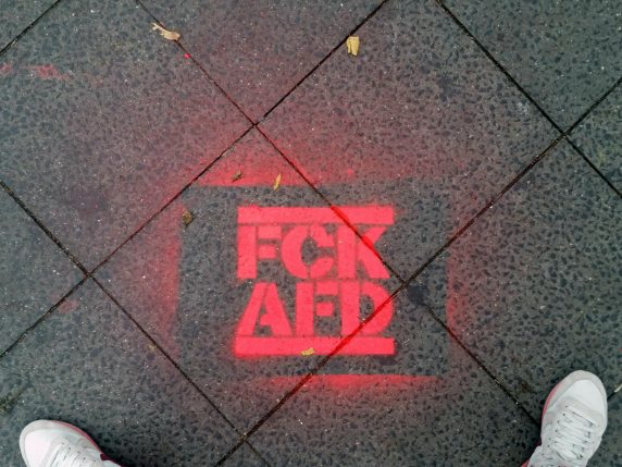 """""""FCK AFD"""" auf dem Pflaster vor dem Neuköllner Rathaus (Foto: Hannah Frühauf)"""