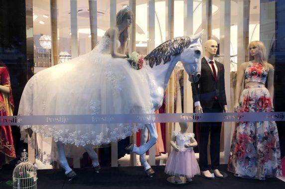 Shoppen für die Märchenhochzeit... in Neukölln kein Problem. Foto: Karolina Vesna