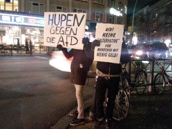 Demonstration gegen die AfD während der Bezirksverordnetenversammlung am 7. Dezember 2016 vor dem Rathaus Neukölln (Foto: Hannah Frühauf)