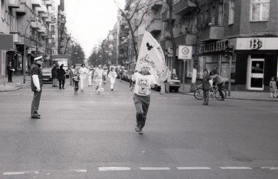 Der Geschichtsaktivist Werner Gutsche beim Seelenbinder-Lauf (1988) (Foto: Archiv VVN-BdA)