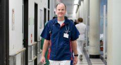 Oberarzt Matthias Maurer posiert fuer ein Bild nach einem Interview mit Neukoellner.net imn der Rettungsstelle des Vivantes Krankenhauses Neukoelln am 03. Januar 2017.