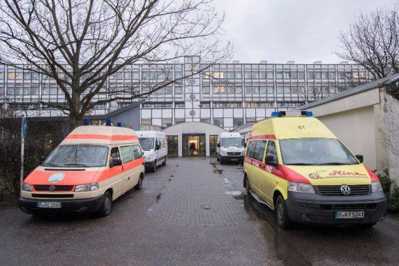 Krankenwagen sind fotografiert vorm Vivantes Krankenhaus Neukoelln in Berlin am 03. Januar 2017.