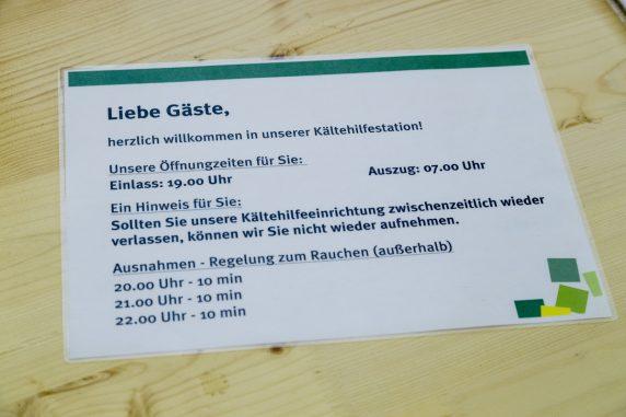 Ein Plakat mit Anweisungen in der Kaeltehilfe-Einrichtung in der Teupitzer Straße 39 ist fotografiert waehrend einer Fuehrung fuer die Medien in Berlin-Neukoelln am 13. Januar 2017.