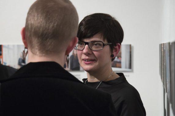 Cathérine Kuebel, Kuratorin der Nominierten-Ausstellung und gleichzeitig Jury-Mitglied
