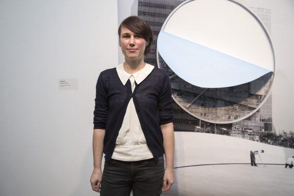 """Die erste Preisträgerin des Neuköllner Kunstpreises, Diana Artus, vor ihrem Werk """"Dropout #1"""" von 2015, ein Latexdruck auf Bluebackpapier mit Einschnitt"""