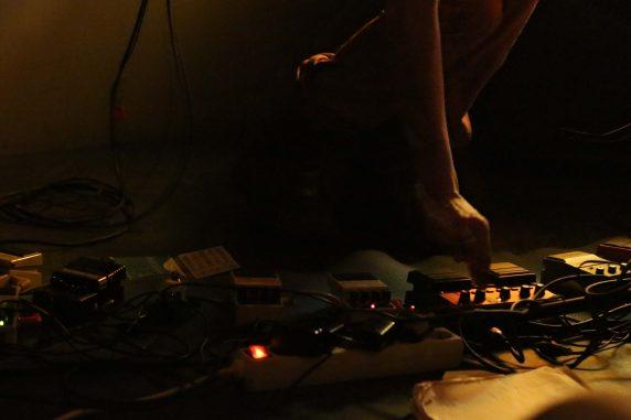 Poetische Text, zum Teil anstrengende Melodien und gekonnte Loopings machen die Musik von Lake Felix aus. (Foto: Marion Rukovina)
