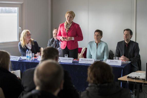 Bezirksbürgermeisterin Franziska Giffey (M), der Berliner Staatssekretär für Integration, Daniel Tietzte (r), und die Senatorin für Arbeit und Soziales, Elke Breitenbach, (2.v.r.) bei der Pressekonferenz (Foto: Emmanuele Contini)
