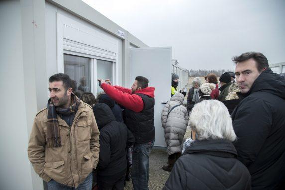 Zukünftige Bewohner fotografieren die Zimmer in den Containern. (Foto: Emmanuele Contini)