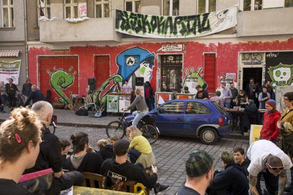 """""""Wir brauchen Raum für Alternativen zum kapitalistischen System"""", sagte eine der Rednerinnen auf der Demo für den Erhalt der Friedel54."""