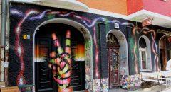 Die Fassade des Fantastic Foxhole Hostels in der Weserstraße (Foto: Iris Gleis)