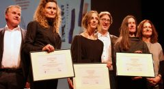 Die Preisträgerinnen des Neuköllner Kunstpreises 2018: Claudia von Funke, Doro Zinn und Regina Weiss zusammen mit Martin Steffens (l.), Jochen Biedermann (m.) und Anne Keilholz. Foto: Anke Hohmeister