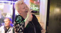 Mehr Drama in der Stimme geht nicht: Andrea ist Karaoke-Profi.