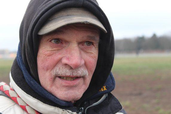 Robert ist 69 und lebt seit zwölf Jahren im Schillerkiez. Er ist mit seinen Hunden jeden Tag auf dem Tempelhofer Feld.